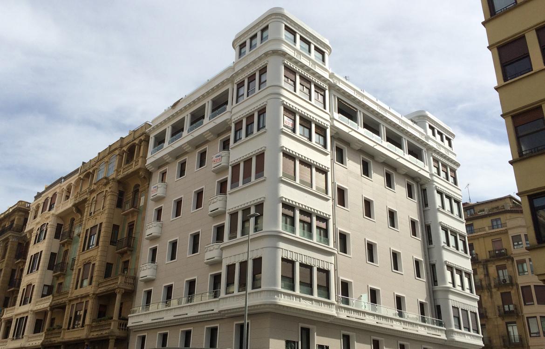 Rehabilitación de fachada con placa ULMA y recercos en Donostia